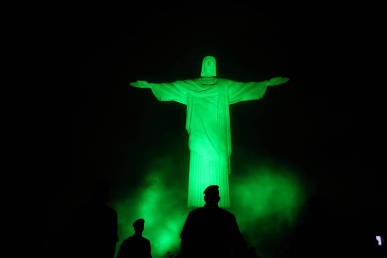 Cristo Redentor iluminado em verde-oliva, nesta quarta (15), em homenagem aos militares que atuam no combate ao coronavírus