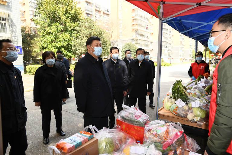 Usando máscara, o líder chinês Xi Jinping visita mercado de Wuhan, epicentro da crise no país