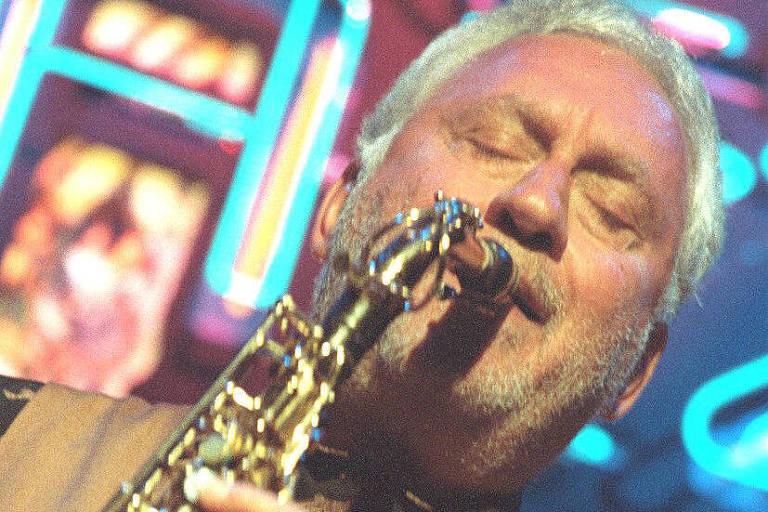 O saxofonista Lee Konitz  durante show no Bourbon Street, em São Paulo, em 1997