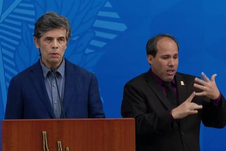 O novo ministro da Saúde, Nelson Teich, fala ao lado de um intérprete de Libras