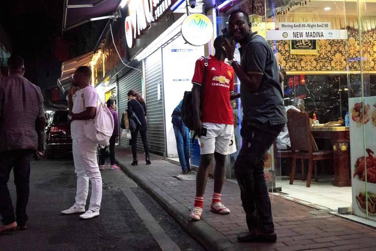 Pessoas em rua do distrito conhecido como 'Little Africa', em Guangzhou, na China