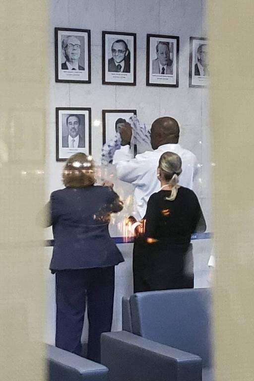 Funcionários do Ministério da Saúde colocam quadro com foto de Mandetta na galeria de ex-ministros da pasta