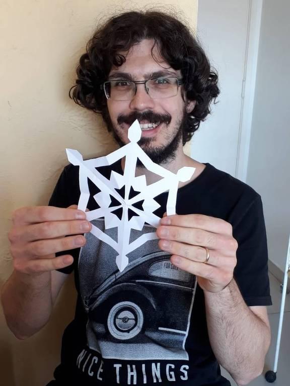 Homem segura origami