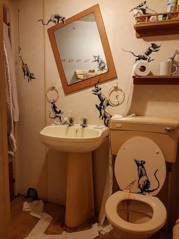 Banksy cria arte no banheiro durante isolamento social