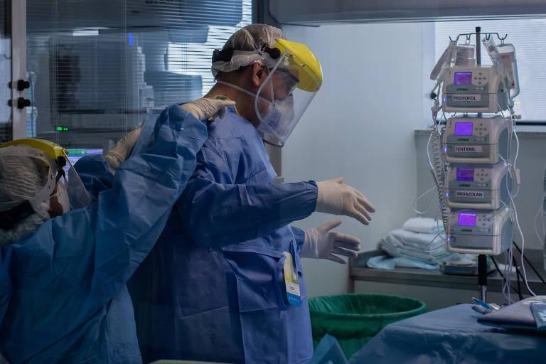 Equipe médica do Instituto de Infectologia Emílio Ribas se prepara para traqueostomia em paciente com coronavírus