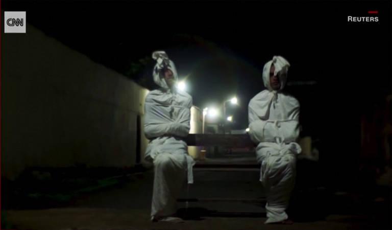 Fantasmas tentam assustar pessoas das ruas durante o coronavírus na Indonésia
