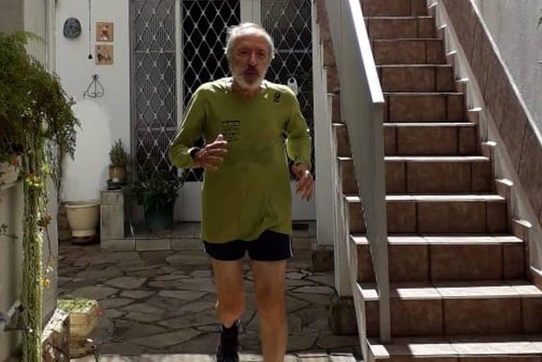 Sr. José Eduardo Martins praticando corrida no seu quintal de casa