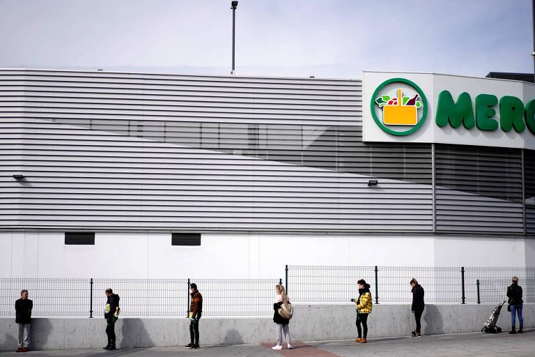 Clientes de supermercado em Madri fazem fila respeitando regras de distanciamento social
