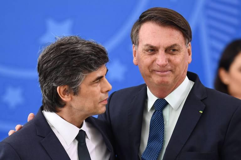 Bolsonaro e Nelson Teich na posse do médico como novo minstro da Saúde, nesta sexta (17)