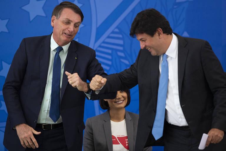Para evitar contato das mãos, Mandetta cumprimenta Bolsonaro com o cotovelo na despedida do cargo