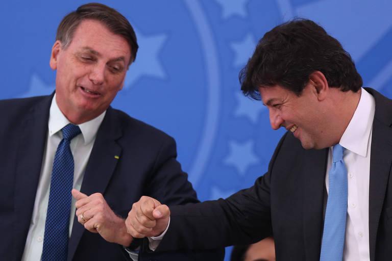Presidente Bolsonaro e ex-ministro Mandetta durante posse de Nelson Teich, também ex-titular da Saúde, em 17 de abril