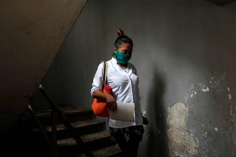 Médica cubana durante inspeção na favela de Lidice, em Caracas, em meio à pandemia de coronavírus