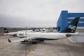 ***Especial FOLHA Custos das aereas durante pandemia do cornavirus***Avioes da AZUL estacionados no hangar da empresa no  aeroporto internacional de Viracopos, em Campinas