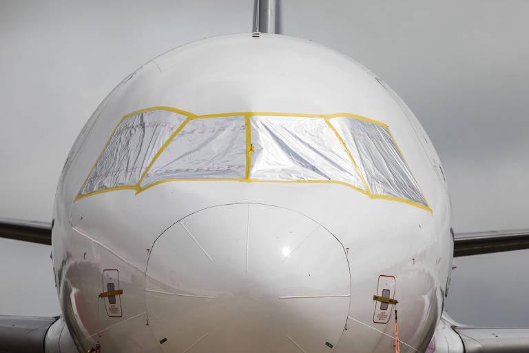 Janelas de aviões parados precisam ser vedadas para que luz e calor não ressequem ou danifiquem interior das aeronaves