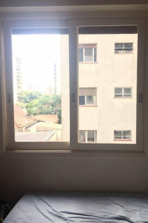 Janela do quarto do designer gráfico Renato Freddi, que tem sonhado, durante a quarentena, que amigos conseguem entrar em seu apartamento por uma marquise