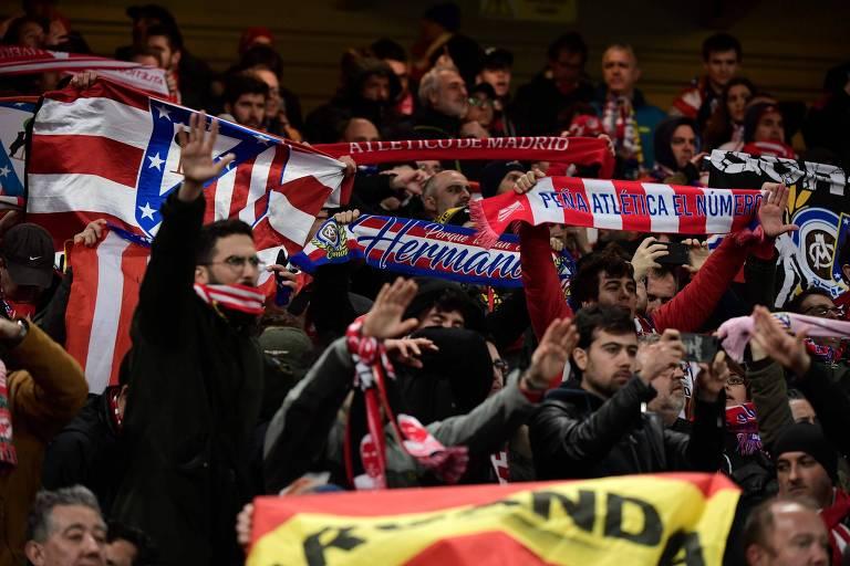 Torcedores do Atlético de Madri no estádio de Anfield, antes da partida contra o Liverpool