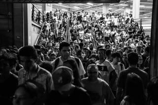Participantes do Enem deixam a Uninove Barra Funda, na zona oeste de SP