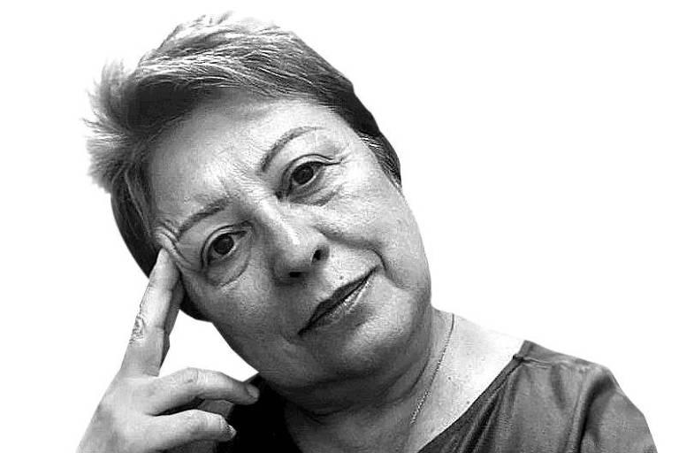 Paola Marcella Camargo Minoprio apoiando a cabeça sobre dois dedos