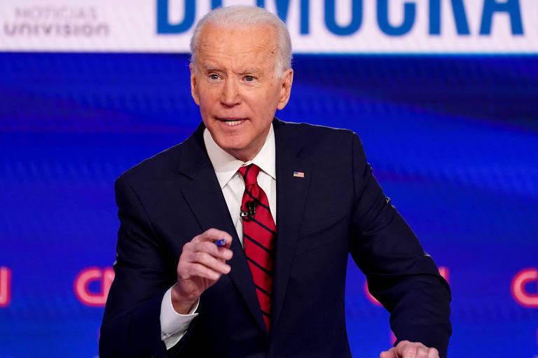 O ex-vice-presidente Joe Biden durante um debate entre candidatos democratas