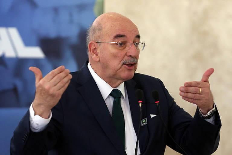 Deputado federal Osmar Terra gesticula em frente a microfone