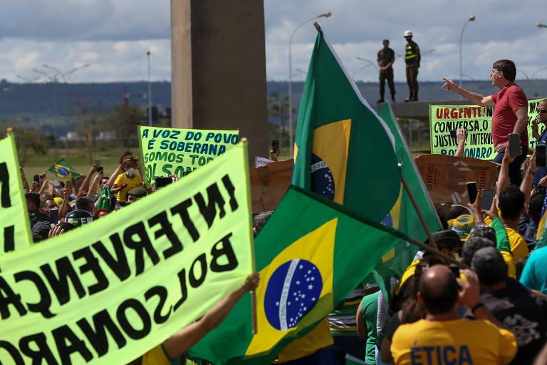 Bolsonaro cumprimenta apoiadores que pediam intervenção militar em frente ao QG do Exército