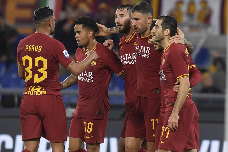 Jogadores da Roma comemoram gol contra o Lecce, pelo Campeonato Italiano