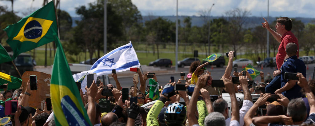 O presidente Jair Bolsonaro cumprimenta apoiadores diante do QG do Exército em Brasília