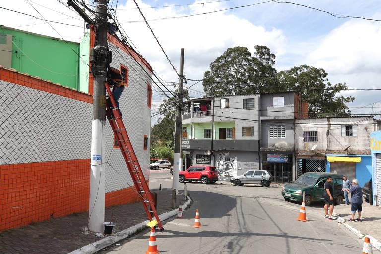 Técnico faz a instalação de internet em rua na zona leste de São Paulo