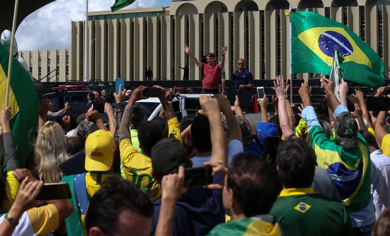 Bolsonaro discursa para apoiadores em Brasília