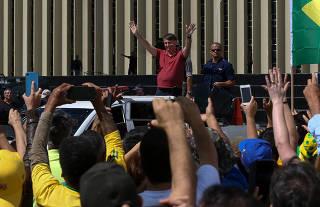 Jair Bolsonaro discursa para apoiadores em frente do quartel-general do Exército