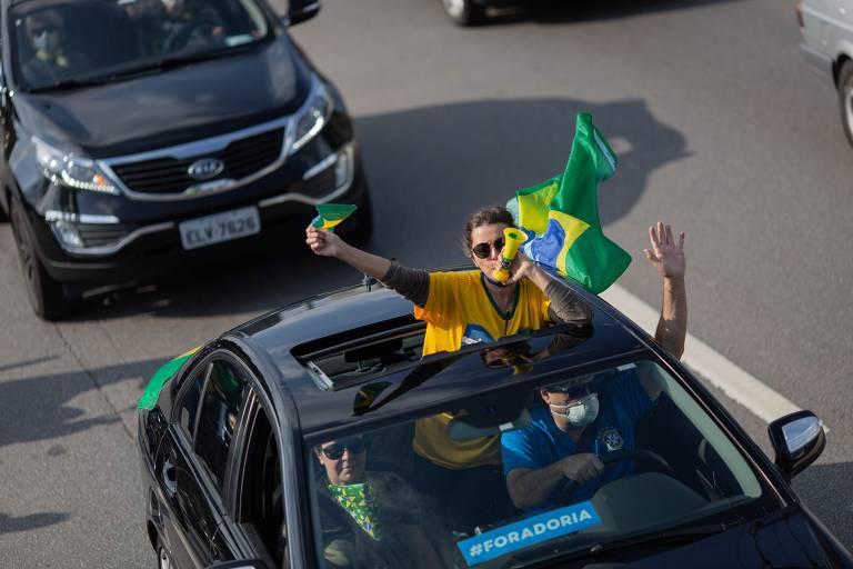 Carreta contra o governador João Doria e a favor do presidente Jair Bolsonaro, em São Paulo, durante trajeto pela Marginal Pinheiros, sentido zona sul da cidade