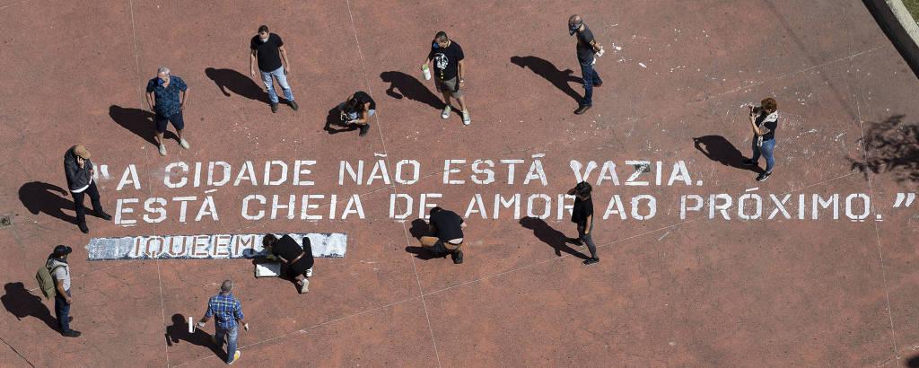 Grupo de voluntários responsável pela intervenção termina a ação com a hashtag fiqueemcasa, em mensagem de otimismo pintada na praça Roosevelt, no centro de São Paulo; ao todo, 25 localidades vão receber as frases a partir desta segunda (20)