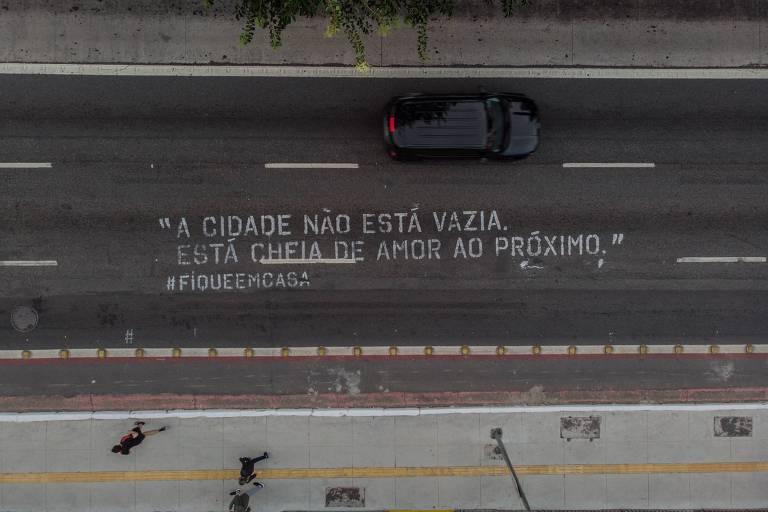 Intervenção artística na rua da Consolação, região central de São Paulo, com o objetivo de alertar os paulistas com a #fiqueemcasa