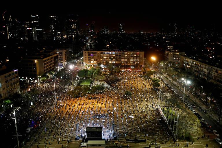 Manifestantes protestam contra o premiê de Israel, Binyamin Netanyahu, observando restrições adotadas por conta do coronavírus