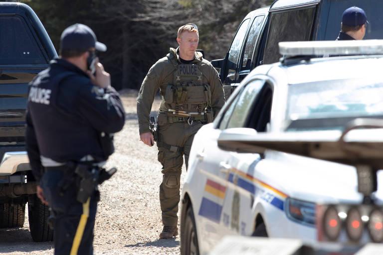 Um membro da Polícia Real Montada em Portapique, no Canadá, onde um homem matou mais de dez pessoas