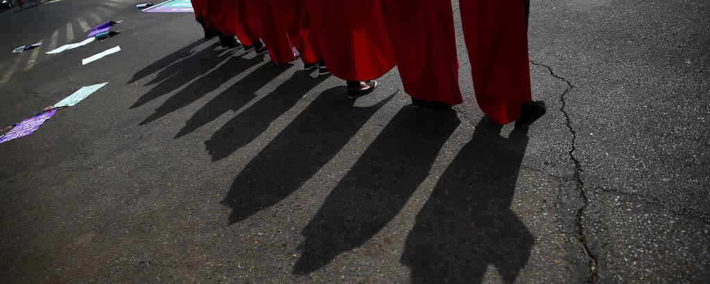 Grupo de mulheres faz protesto na frente do STF. Só é possível ver os pés e as sombras delas