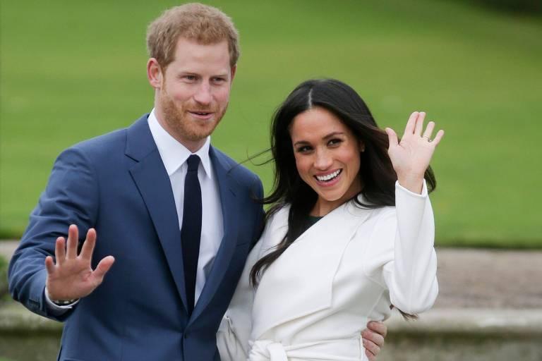 Príncipe Harry e Meghan Markle posam nos jardins do Palácio de Kensington