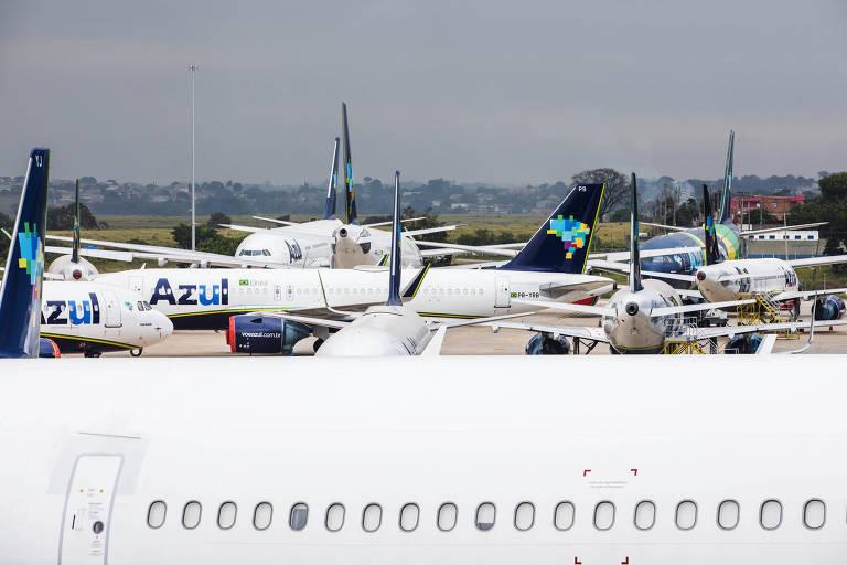 Aviões da Azul estacionados no hangar da empresa no aeroporto internacional de Viracopos, em Campinas