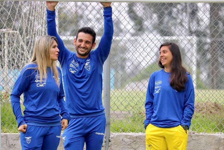 Emily conversa com Filipe Souza, assistente técnico, e Camila Aveiro, analista de desempenho da seleção