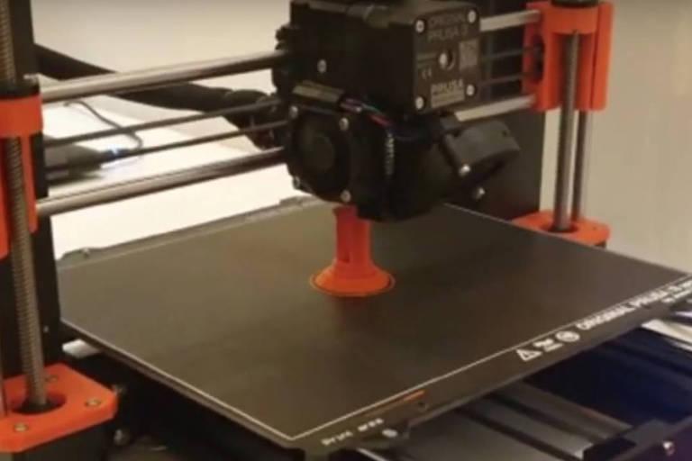 Montagem de respirador em impressão 3D