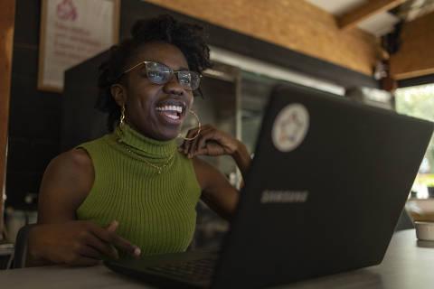 SAO PAULO, SP - 17 JULHO: Jovens em capacitacao e formacao em Tecnologia da Informacao participam de projeto de aprendizagem em TI com a Carambola, um negocio social que promove a formacao e a inclusao de jovens LGBT, negros, moradores da perfieria de grandes centros urbanos e mulheres no mercado de trabalho no setor digital, na Vila Mariana, em Sao Paulo, em 17 de julho de 2019.  (Foto: Renato Stockler)******PREMIO EMPREENDEDOR SOCIAL 2019******