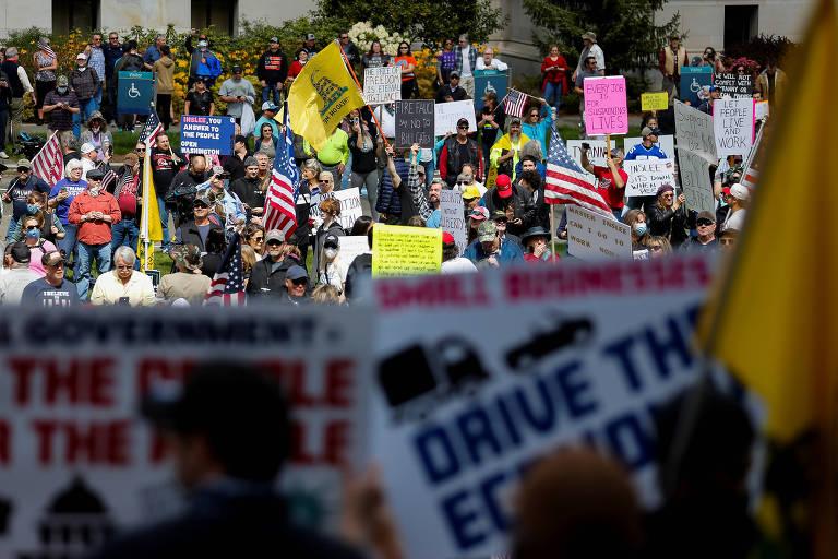Centenas de pessoas se aglomeram para protestar contra as ordens de restrição em Olympia, no estado de Washington