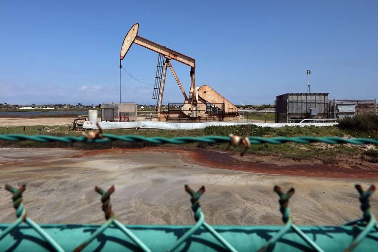 Extração de petróleo em Huntington Beach, na Califórnia.