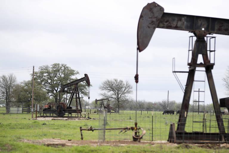 Bombas de petróleo operando no Texas, nos Estados Unidos; o preço do Brent atingiu o menor patamar desde fevereiro de 2002