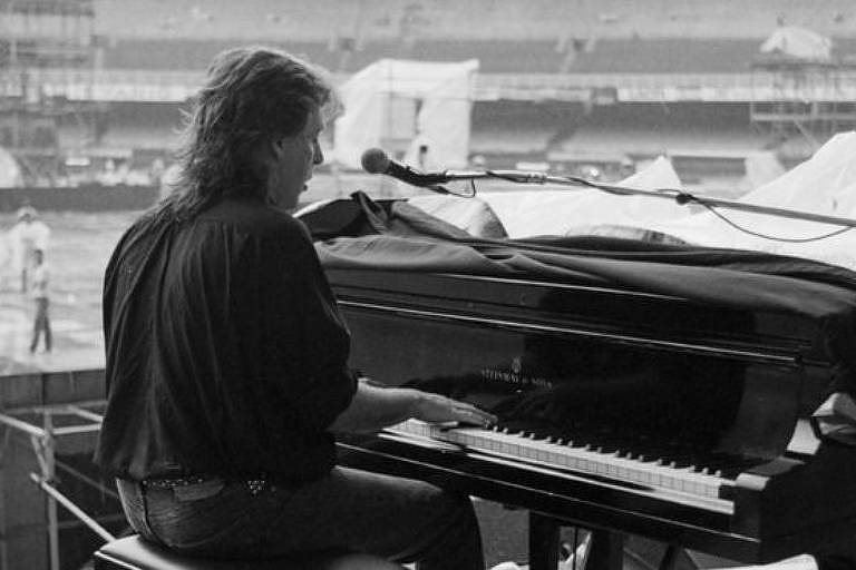 paul maccartney tocando piano