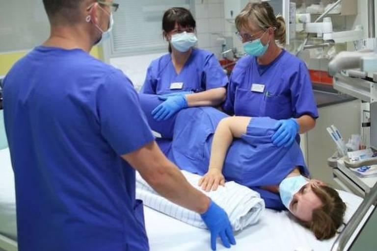 O procedimento parece simples mas requer profissionais experientes e muitas pessoas ao mesmo tempo