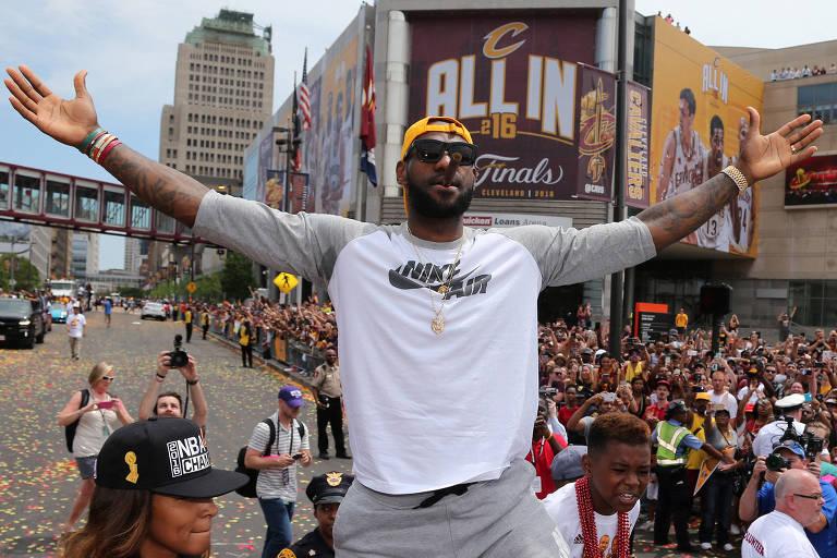 LeBron James nas comemorações do título do Cleveland Cavaliers em 2016