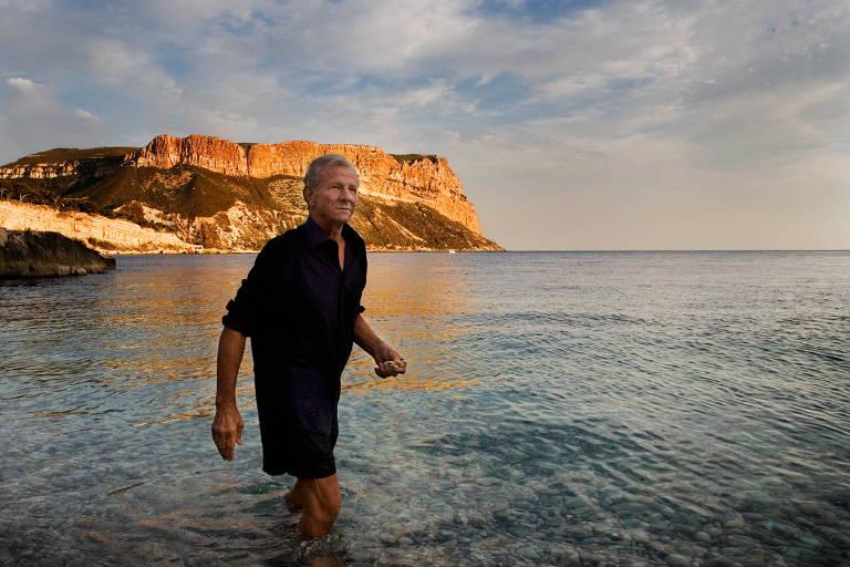 O fotógrafo americano Peter Beard, retratado pelo brasileiro Marcio Scavone