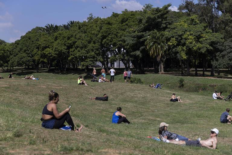 São Paulo tem praças movimentadas em feriado de tempo aberto