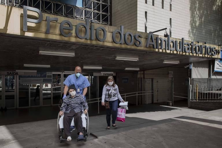 Paciente curado de coronavírus deixa o Hospital das Clínicas após receber alta